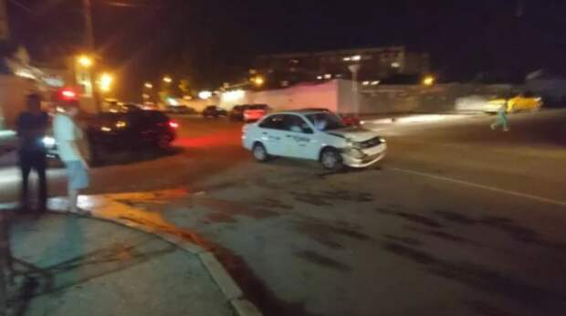 Ночное ДТП в Севастополе: пьяная женщина за рулем «снесла морду» такси (ФОТО)