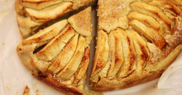 Нежный яблочный пирог с хрустящей корочкой, который гости запомнят надолго