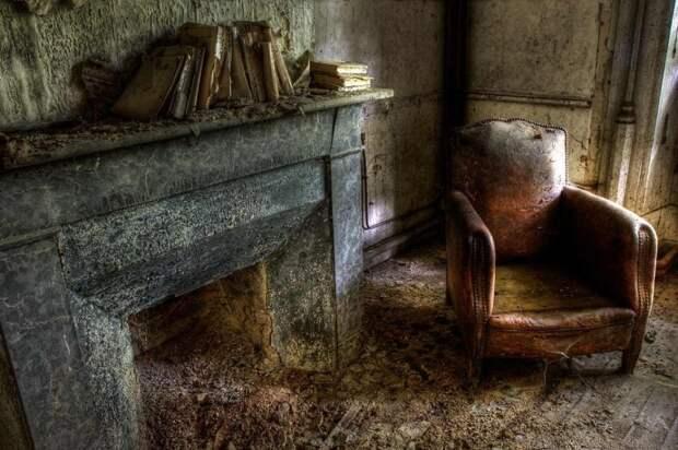 Библиотека в красивом заброшенном замке во Франции, которая, к сожалению, сгорела два года назад