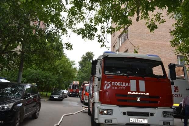 Пожарные эвакуировали двух человек с горящего этажа жилого дома