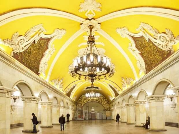 Станция «Комсомольская» в Москве, представляет собой неоклассическую станцию, спроектированную Дмитрием Чечулиным. Внутри есть люстры и потолки, которые напоминают те, что были найдены в грандиозных бальных залах.