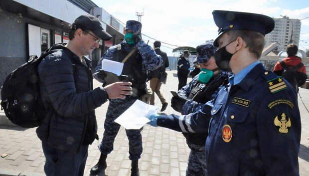 Жителям Подмосковья раздали маски при проверке пропусков на остановках и в автобусах