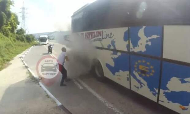 Инцидент под Севастополем: прямо на трассе загорелся автобус (ВИДЕО)