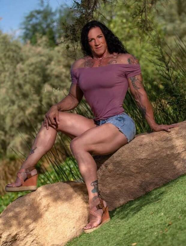 Бабушка-Халк: женщина состальными мышцами судовольствием нянчит внуков