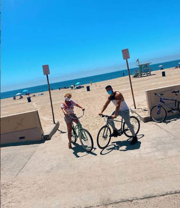 бритни спирс и сэм асгари с велосипедами на пляже
