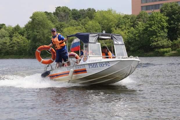 Спасатели вытащили тонувшего в Кожуховском затоне мужчину