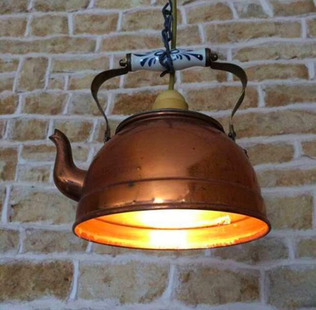 6. Пример необычных люстр, придающих комнате или заведению особый шарм из старых вещей, интересно, новая жизнь, поделки, своими руками, сделай сам, фото, чайник