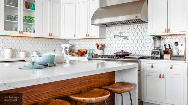 Назван эффективный способ удаления жирного налета с кухонных шкафов