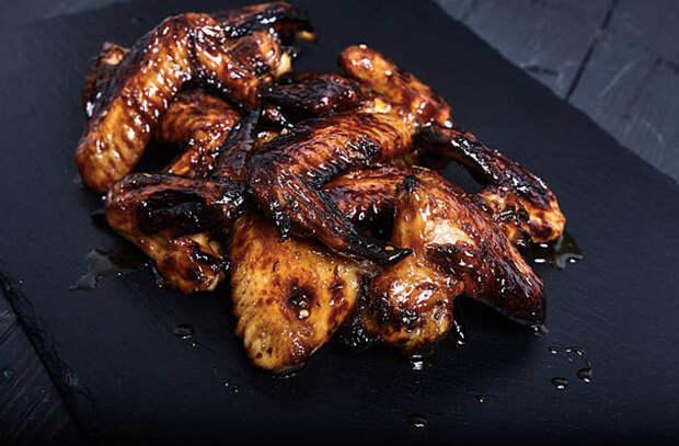 Берем куриные крылышки и готовим главную закуску на столе: жарим сразу много