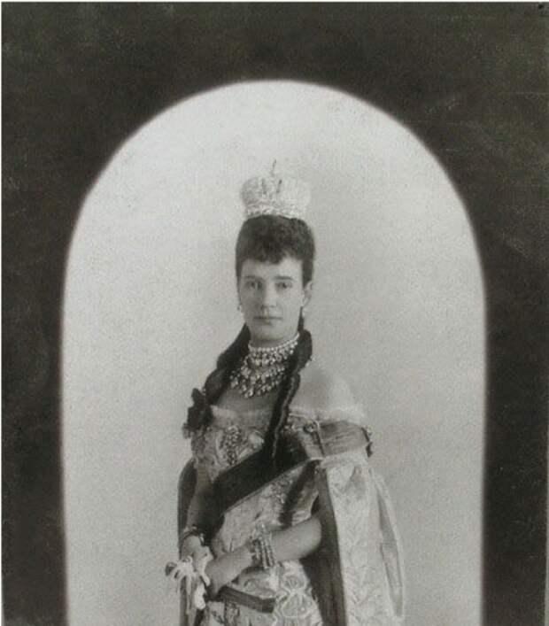 Вдовствующая императрица Мария Федоровна на Церемонии коронации своего сына Императора Николая II.