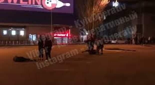 """Возле ТРЦ """"Гулливер"""" в Киеве произошла массовая драка"""