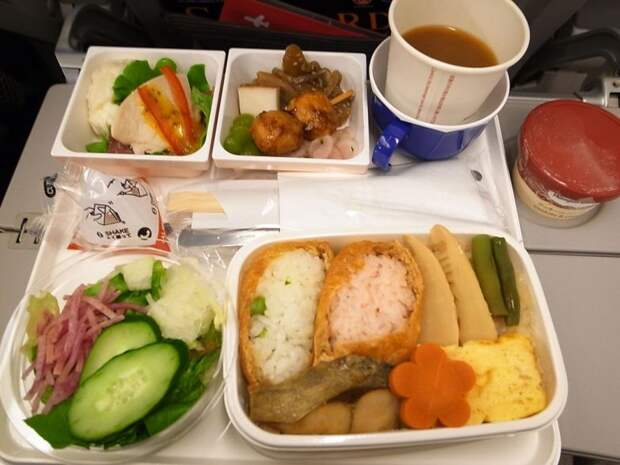 Чем кормят на борту разных авиакомпаний