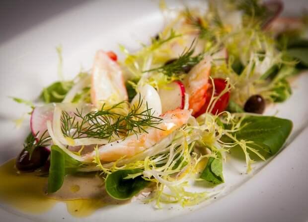 Легкий ужин: зеленый салат цезарь с цукини и миндалем