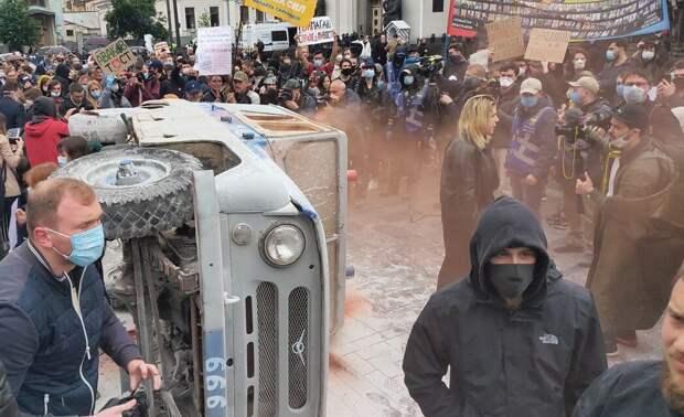 «Авакова в отставку»: под Радой «патриоты» перевернули полицейскую машину и зажгли файеры