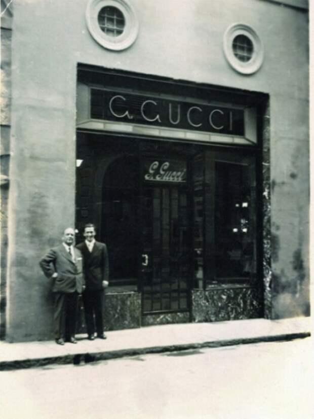 Гуччио и Родольфо Гуччи у входа в магазин во Флоренции. / Фото: www.goldmustang.ru