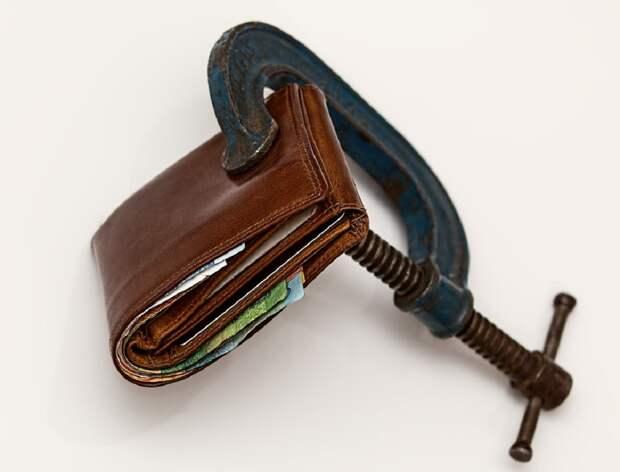 Должникам оставят минимальный доход, постановила Госдума