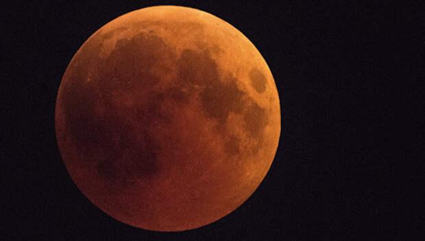 Луна во время затмения над Сочи. 27 июля 2018