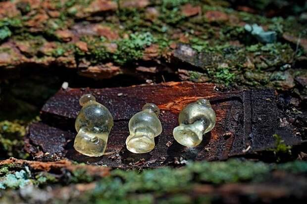 На Украине впервые в истории найдены уникальные стеклянные подвески IV века до н. э. в виде амфор