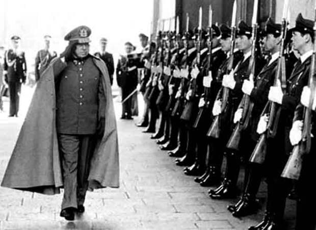 Фото 10. Пиночет принимает парад.jpg