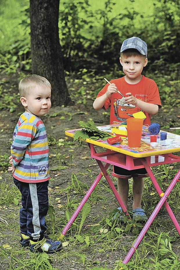Малышам очень понравится сначала выискивать камешки, а потом раскрашивать их гуашью в меру своей фантазии и умений. Более старшие дети могут делать гальку и булыжники узорчатыми.