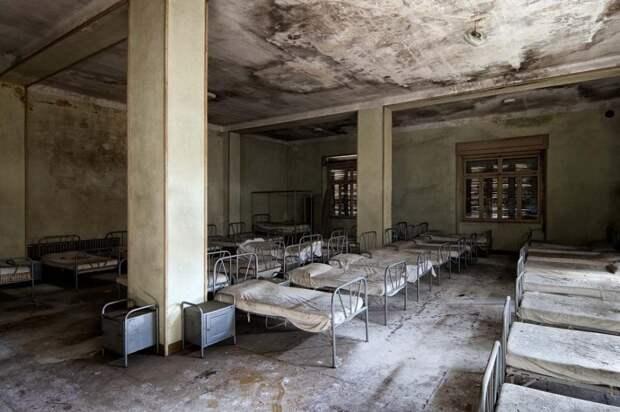 Разваливающееся здание бывшего детского дома в Италии, где все кровати всё еще застелены.