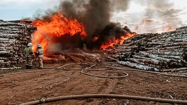 В Балезинском районе несколько часов горят штабеля с древесиной