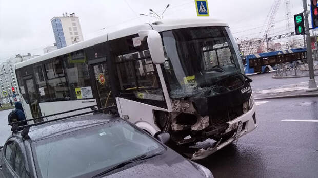 Маршрутка столкнулась с легковушкой в Петербурге