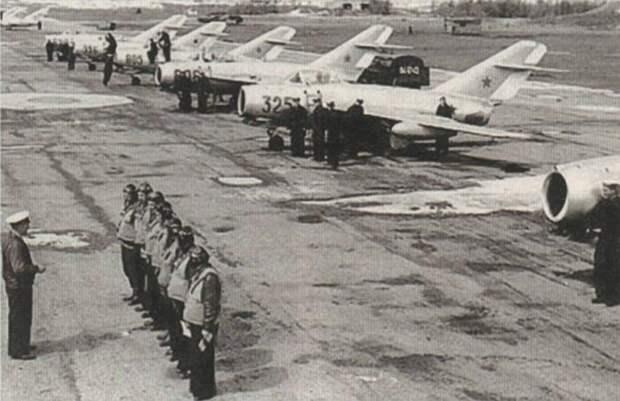 Инструктаж советских летчиков на аэродроме перед вылетом