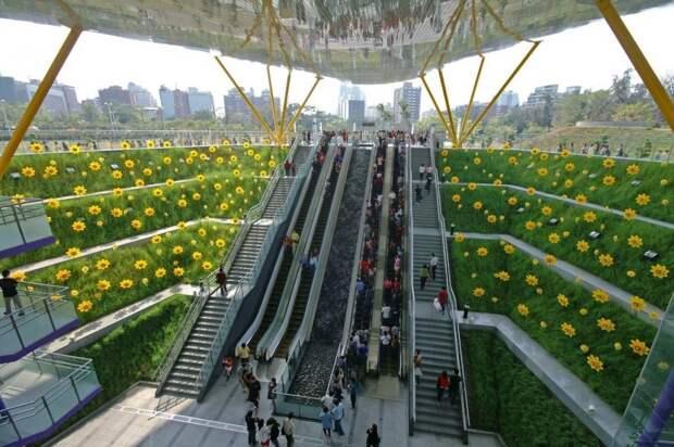 Еще одна станция в Гаосюне достойна внимания. В ней природа будто продолжается внутри и снаружи Центрального парка. Трава и искусственные цветы выстроены по эскалаторам и лестницам, ведущим к платформе