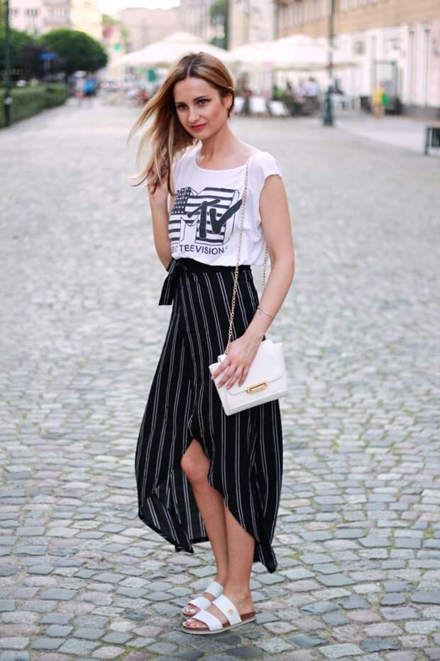 Девушка в черной юбке в полоску