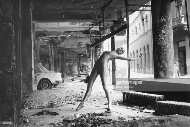18-ти летняя балерина Нина Брулик танцует на руинах уничтоженного здания. Сараево, Босния и Герцеговина, 1 января 1993 года.