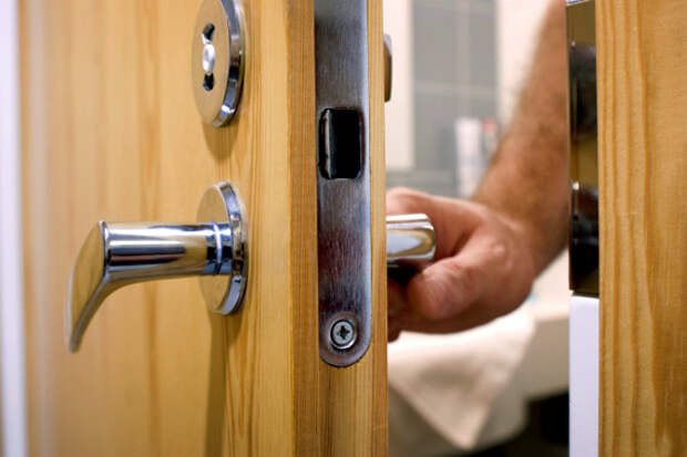 Почему дверь перестала плотно закрываться и как это устранить