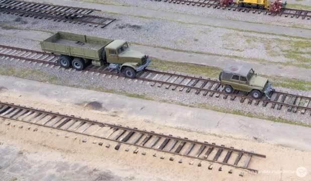 Как по рельсам. Буквально. Автомобили на железнодорожном ходу авто, автомир, автомобили, военная техника, железная дорога, спецтехника, фоторепортаж