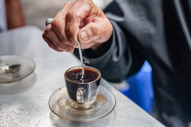"""Плохо одетый мужчина в кафе попросил """"подвешенный"""" кофе. Когда я узнала что это означает, то очень удивилась!"""