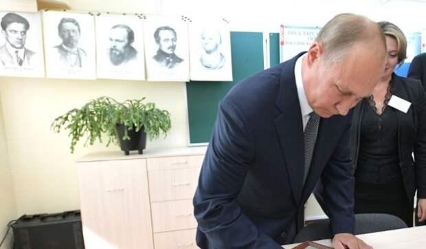 Принят закон Путина, обязывающий школы прививать детям уважение к «героям Отечества»