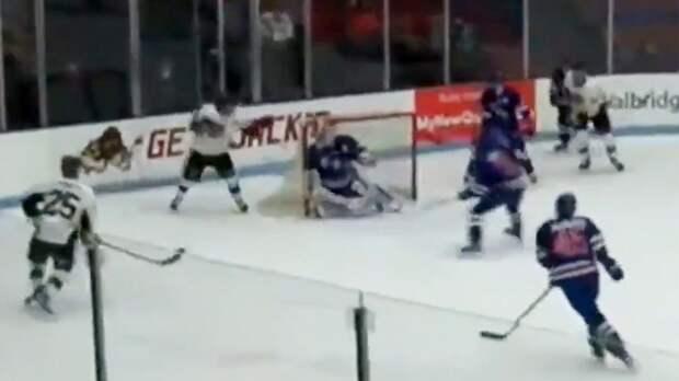 Русский хоккеист Гущин забил гол в стиле лакросс в юниорской лиге США: видео