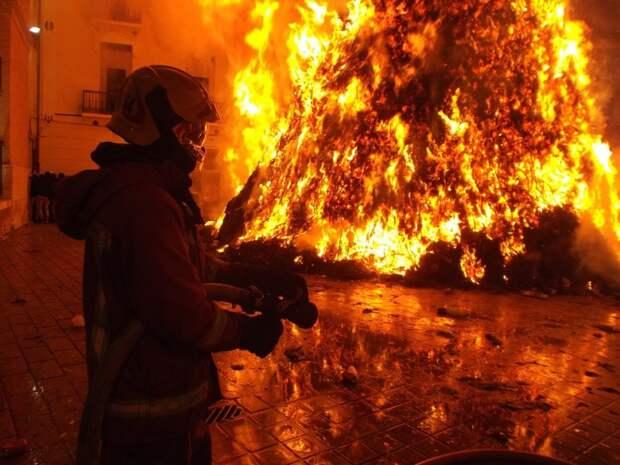 При пожаре в проезде Невельского спасли двух человек