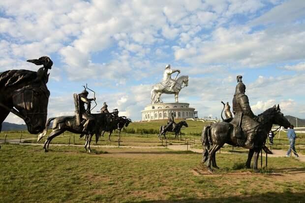 монумент Чингисхану и скульптуры воинов в Монголии (фото o-avgust.livejournal.com)