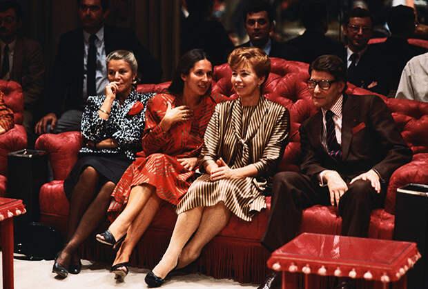Раиса Горбачева и французский модельер Ив Сен-Лоран на его модном показе, 1985 год