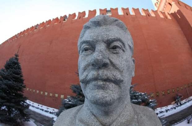 Бюст Сталина около кремлевской стены. Konstantin Zavrazhin, GettyImages