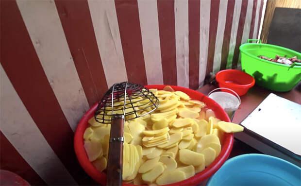 Как узбекские повара жарят картошку: сначала в холодный казан, потом в горячий