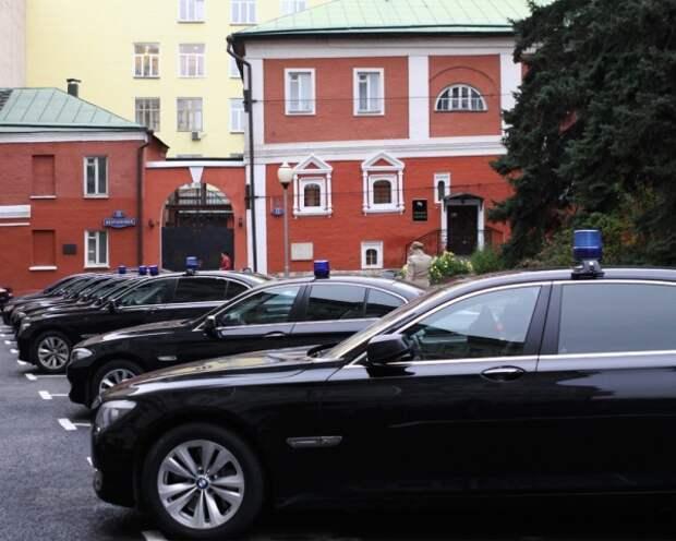 Депутат Госдумы заявил, что чиновники имеют заслуженное право ездить на дорогих машинах