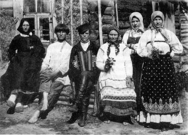 Русские крестьяне во время отдыха. Россия, начало XX века.