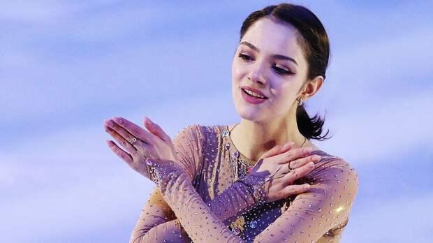 «Ее появление на льду завораживает». Медведева выступила с показательным номером «Эхо любви»: видео