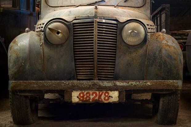 Старый автомобиль в гараже в Бельгии.