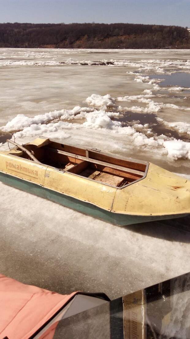 В Удмуртии спасатели пришли на помощь рыбакам, оставшимся без лодки из-за ледохода