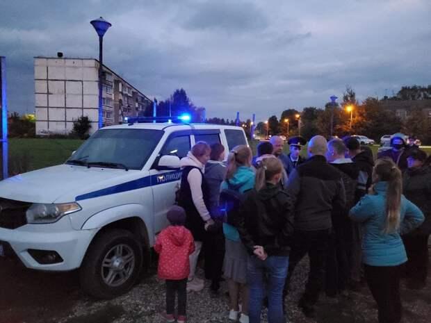 В Подмосковье сотни человек окружили общежитие мигрантов