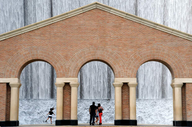 Сооружение-водопад Gerald D. Hines Waterwall Park