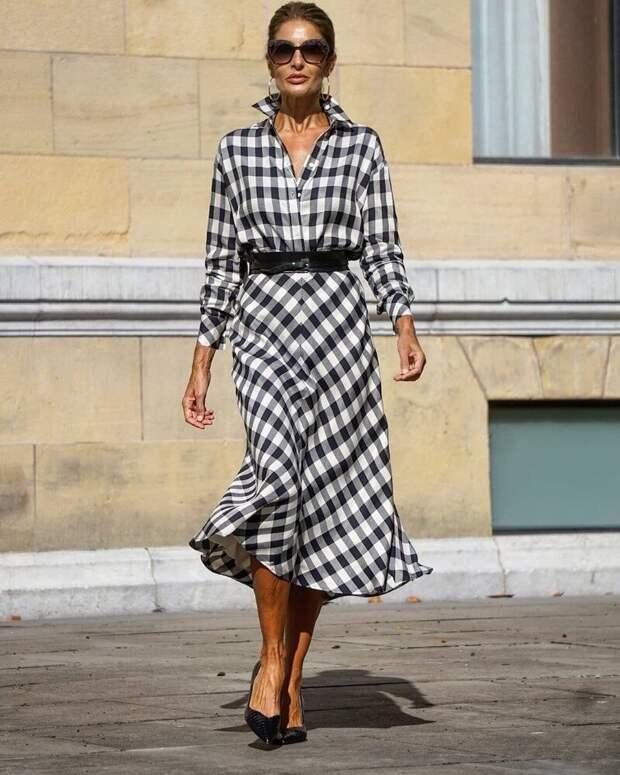 50-летняя модница из Испании показывает, как можно красиво носить актуальные в 2021 году клетчатые вещи