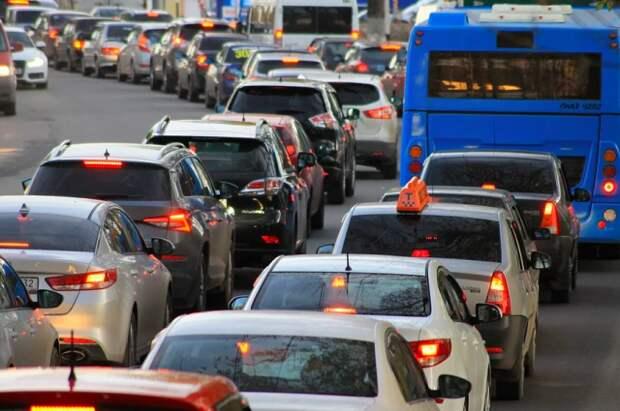 В Екатеринбурге образовалась многокилометровая пробка из-за ремонта моста